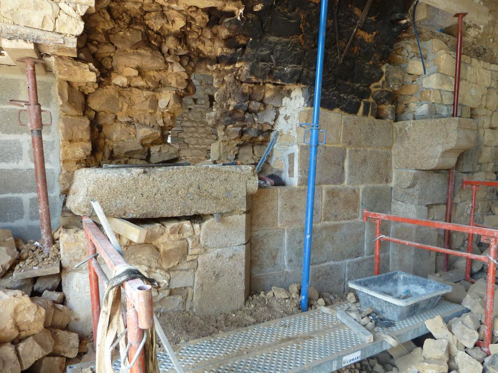 27 avril 2011, pose de la 3ème pierre du piédroit gauche de la cheminée de la ferme.