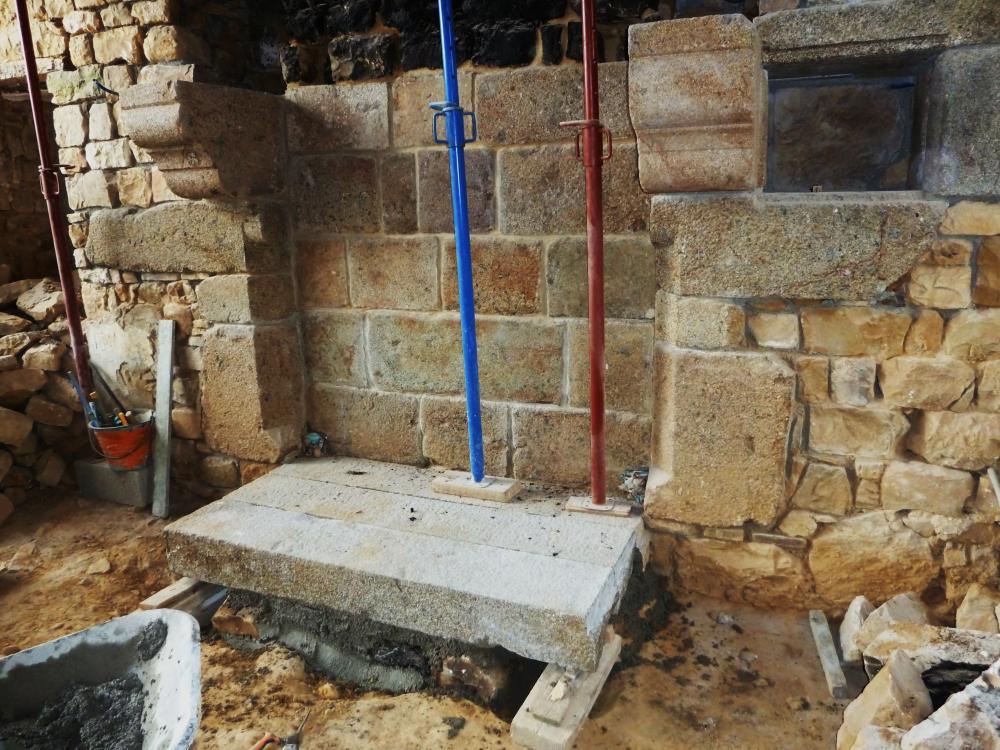2 mai 2011, la 3ème pierre de l'âtre est posée.