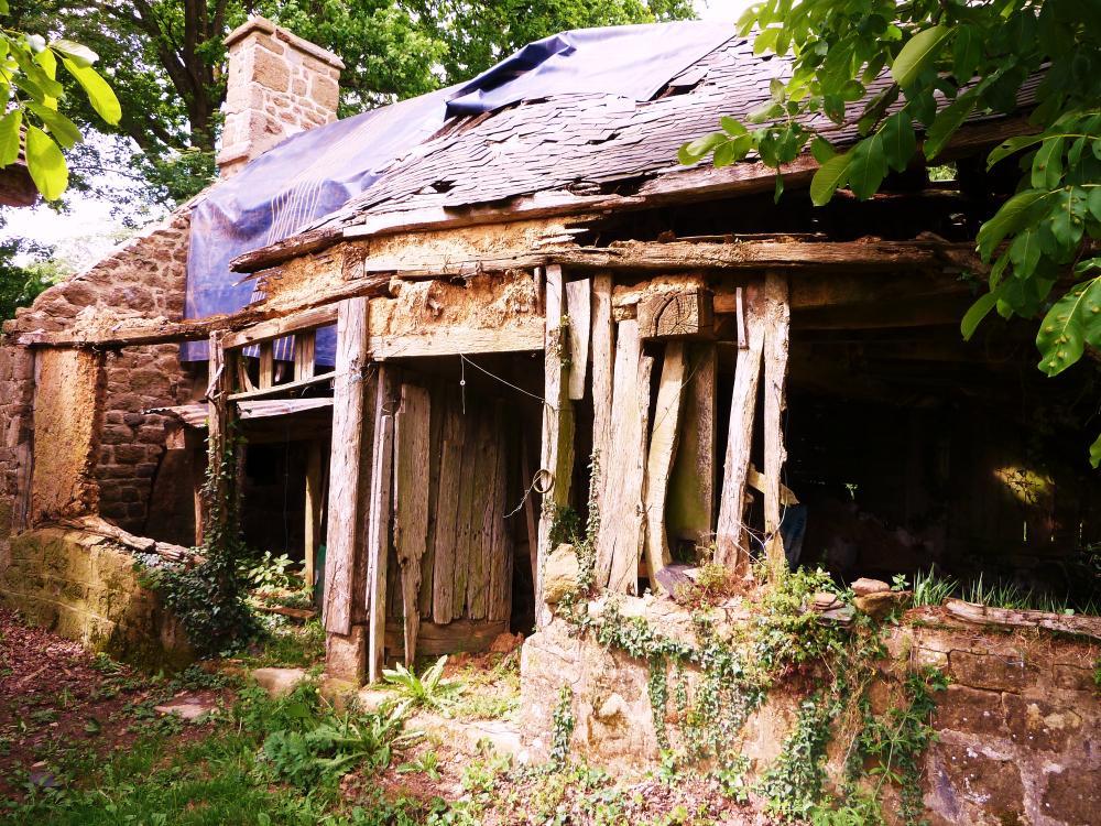 7 mai 2011, une dépendance de la demi-acre avant restauration par Marc CHALUFOUR.