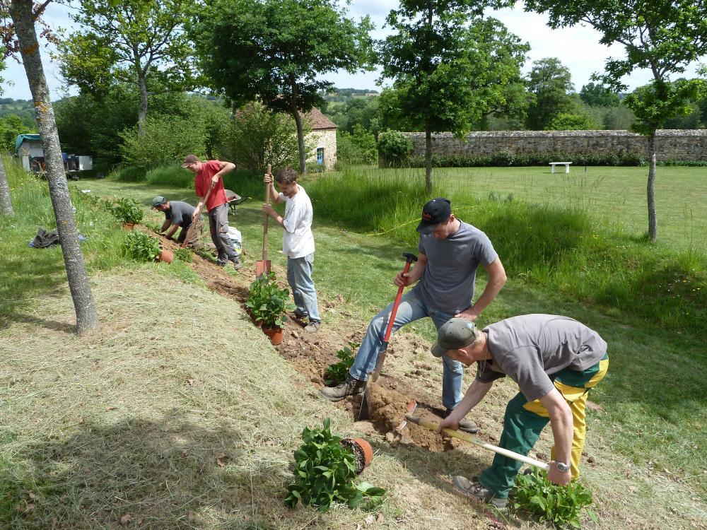10 mai 2011, les hortensias en train d'être plantés derrière le manoir.