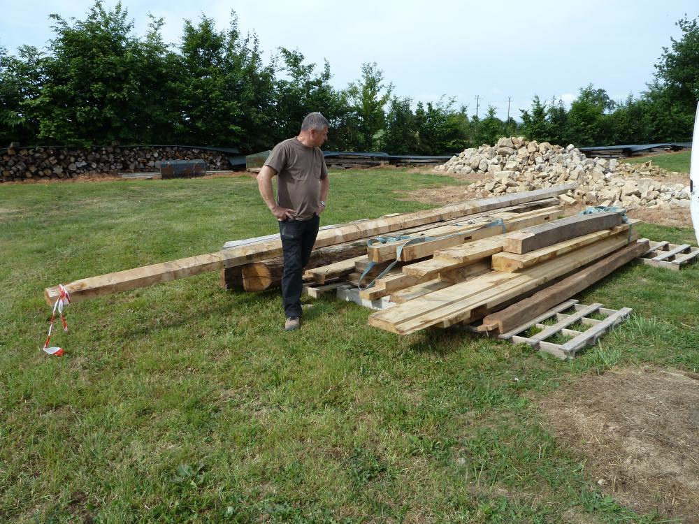 19 mai 2011, Roland BOUSSIN devant les grosses pièces de charpente du fournil de la ferme.