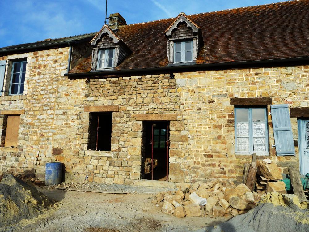 24 mai 2011, le futur petit salon de la ferme, mur Est vu de l'extérieur.