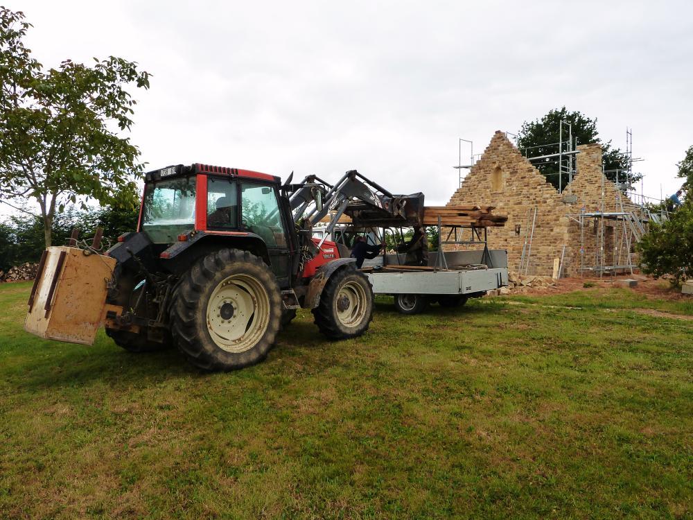27 mai 2011, déchargement de pièces de charpente pour le fournil de la ferme.