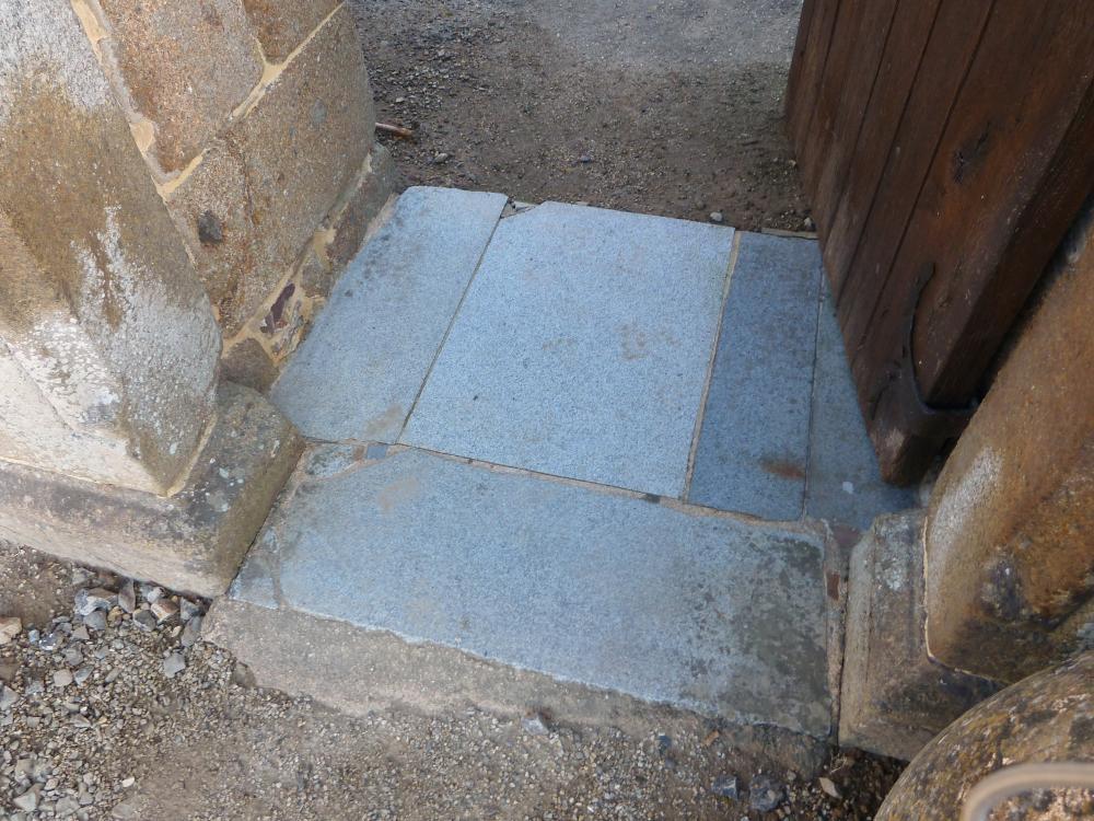 1er juin 2011, les pierres du seuil de la porte piétonnière de la Chaslerie.