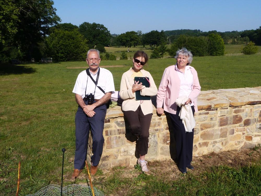 2 juin 2011, Nicolas et Lucyna GAUTIER avec Carole contre le mur de terrasse.