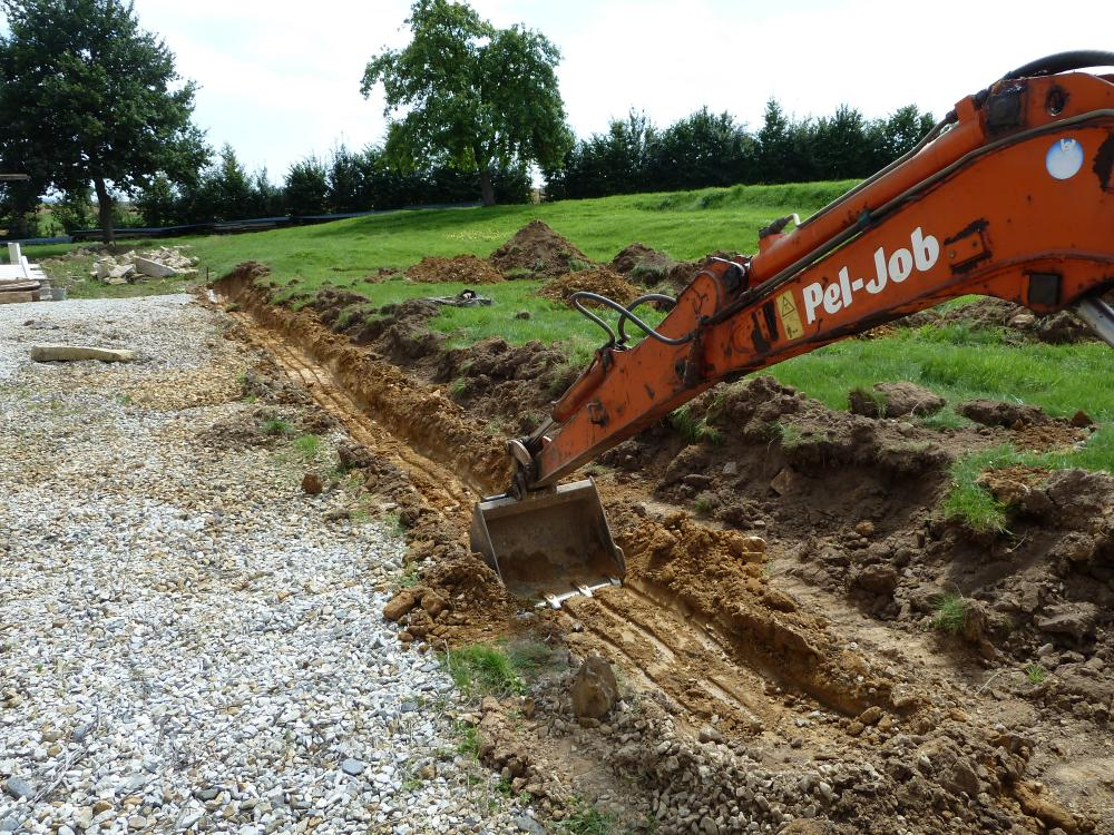 11 août 2011, le creusement des fondations d'un premier muret à l'Ouest de la ferme.