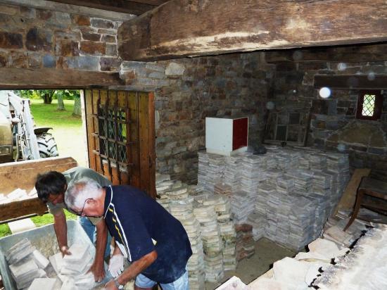 17 septembre 2011, le tri et le calibrage des tomettes stockées dans la cave et destinées au rez-de-chaussée du bâtiment Nord.