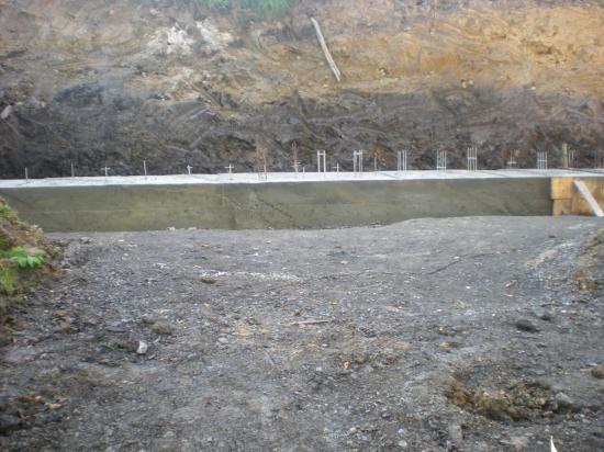 Les 40 cm de hauteur de béton dépassant du fond de la douve.