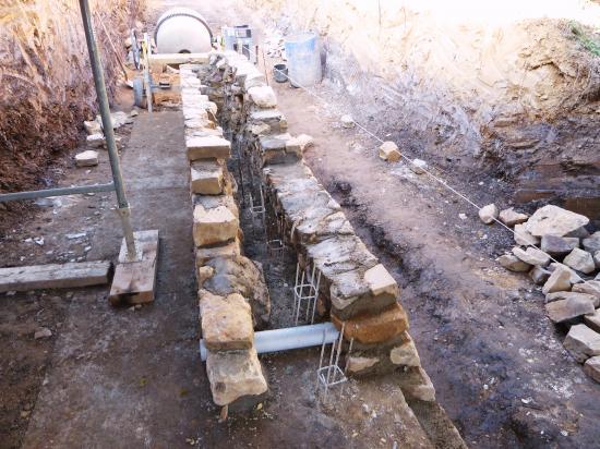 Une première réservation pour le drainage du terrain derrière le fournil du manoir (démarrage du mur vu du Sud).