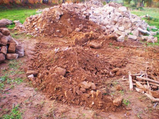 14 novembre 2011, tri de pierres stockées le long de la départementale.