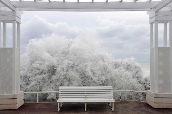 Image de nuit blanche? Non, tempête à Nice, photo parue dans lefigaro.fr du 19 novembre 2011.