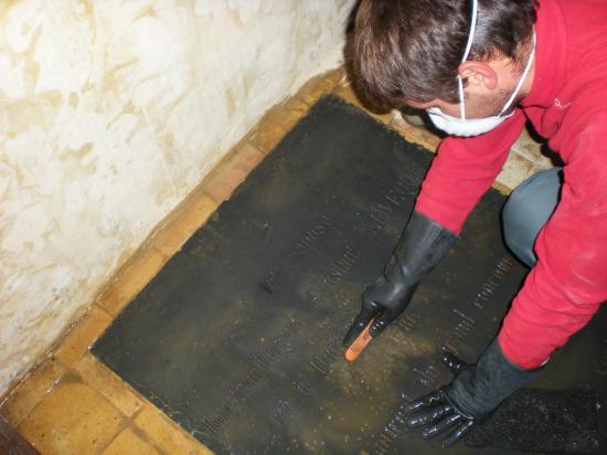 1er décembre 2011, Igor en train de nettoyer la plaque tombale d'Eugène-Constant LEVÊQUE.