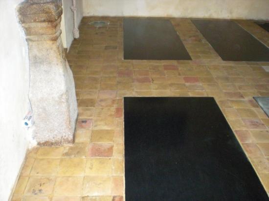 2 décembre 2011, les tomettes nettoyées de la chapelle.