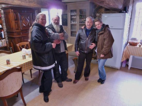 10 décembre 2011, les FORNARI et les GAUTIER dans la pièce qui sert de cuisine, au rez-de-chaussée du colombier.