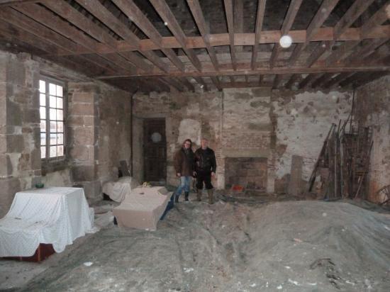 10 décembre 2011, Lucyna et Nicolas GAUTIER en train de prendre conscience de l'état de désolation d'une partie du logis de la Chaslerie.