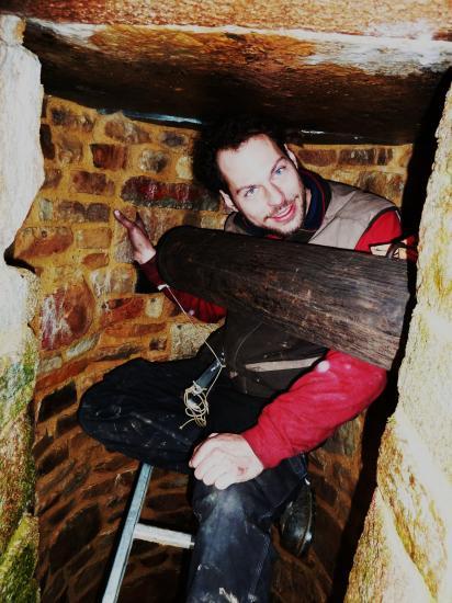 21 décembre 2011, le compagnon de Roland au travail dans le puits de la ferme.