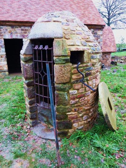 21 décembre 2011, la grille du puits de la ferme et sa manivelle.
