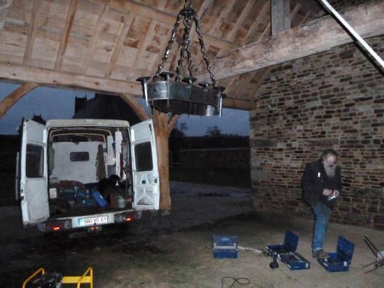 21 décembre 2011, poursuite de l'installation du lustre de la charretterie.