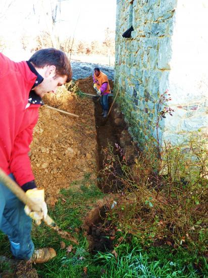 12 janvier 2012, Igor en train de déplacer un rosier, Valentin en train de creuser un fossé.