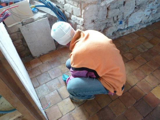 8 février 2012, Valentin en train de passer une 3ème couche de cire sur les tomettes du bâtiment Nord.