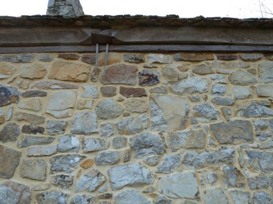 26 février 2012, le haut du mur Nord du fournil du manoir, vu de l'extérieur du bâtiment.