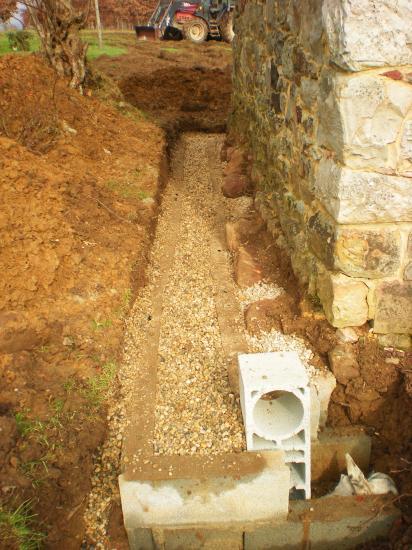 27 février 2012, le drainage au pignon Ouest du fournil du manoir (2).