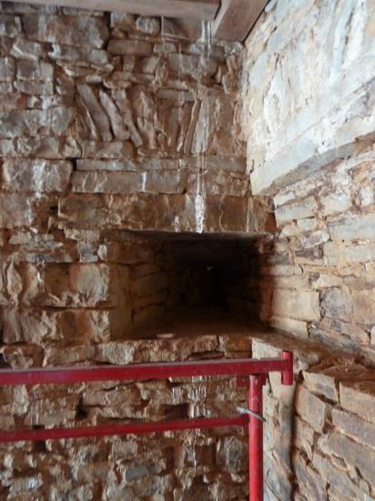 17 avril 2012, l'arc de décharge sur la partie gauche de l'embrasure de tir, à l'angle Sud-Ouest de la tour Louis XIII.