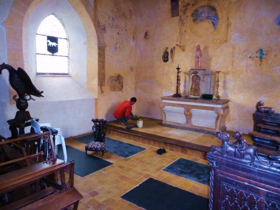 8 mai 2012, le cirage des tomettes de la chapelle.