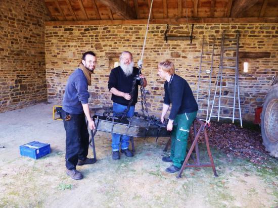 19 juin 2012, Roland et ses deux compagnons sous la charretterie.