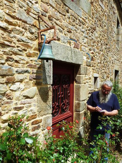 19 juin 2012, Roland FORNARI en train de recevoir ma commande d'une lanterne extérieure au bâtiment Nord.