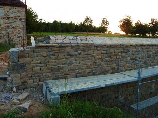 28 juin 2012, le chantier du mur Ouest de la douve Nord en fin de journée.