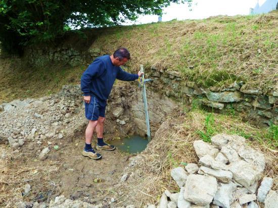 4 juillet 2012, Philippe JARRY en train de mesurer la profondeur de la fondation du mur d'escarpe au laser.