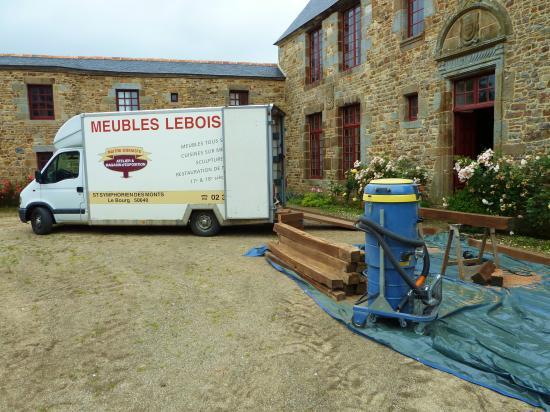 4 juillet 2012, l'atelier improvisé des compagnons de Sébastien. Noter l'aspirateur de compétition.