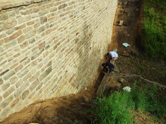 5 juillet 2012, bouchage de deux chantepleures et nettoyage des pierres du bas du mur Ouest de la douve Nord.