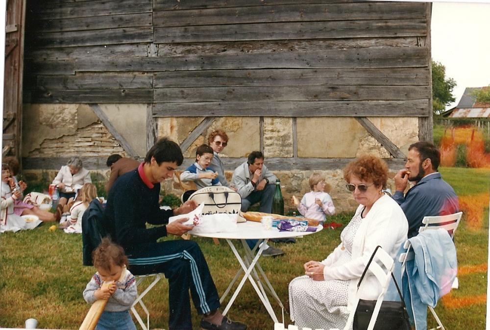 La grange Sud de la ferme vers 1985; au premier plan, assis en tenue Adidas, M. VANNIER.