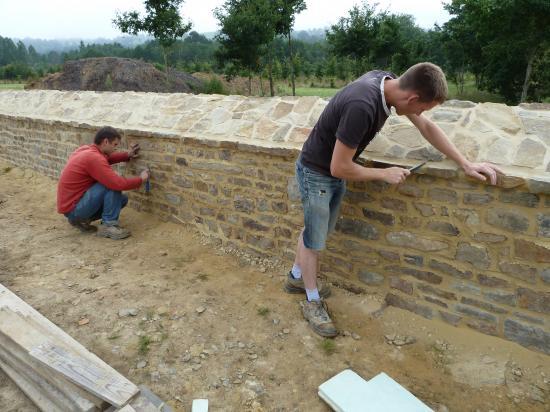 20 juillet 2012, la fin du jointoiement du mur Oust de la douve Nord.