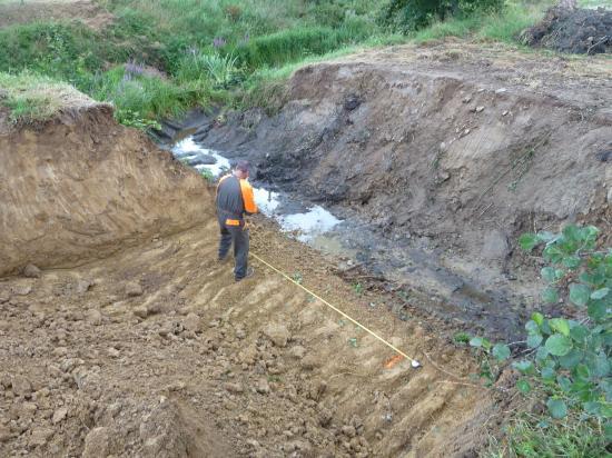 3 août 2012, Philippe JARRY au bord du canal d'arrivée d'eau dans les douves.