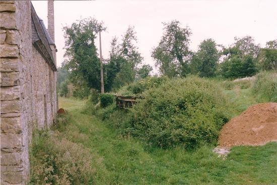 Juin 1991, un capharnaüm le long de l'écurie.