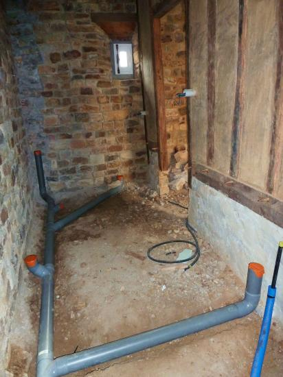 30 octobre 2012, dans le futur cabinet de toilettes du fournil de la ferme.