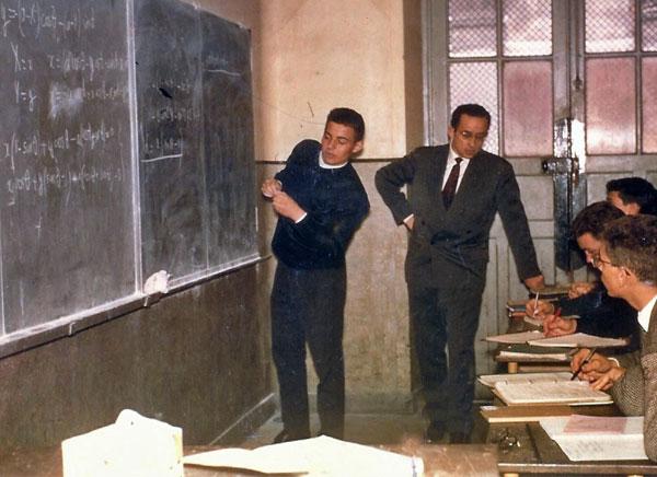 Denis GERLL en plein cours de maths à ses élèves de terminale du lycée Louis-le-Grand, à la fin des années 1960 sans doute.