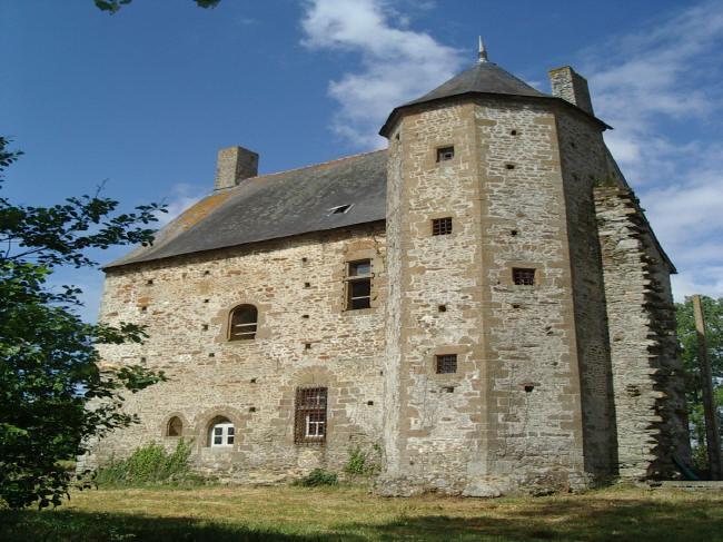 Le manoir de Mebzon, façade arrière, au bord de la Mayenne.