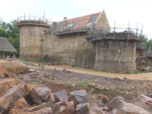 Le côté nord, avec la tour de la chapelle à droite, la poterne en suivant, puis le logis et la tour maîtresse.