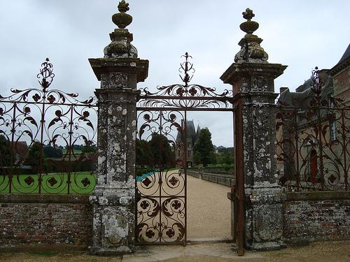 La grande grille du château de Carrouges.