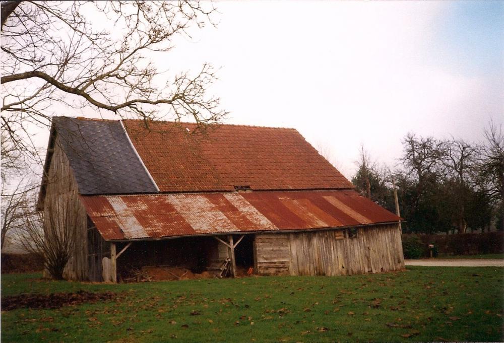Avril 1997, la grange de la ferme avant restauration.