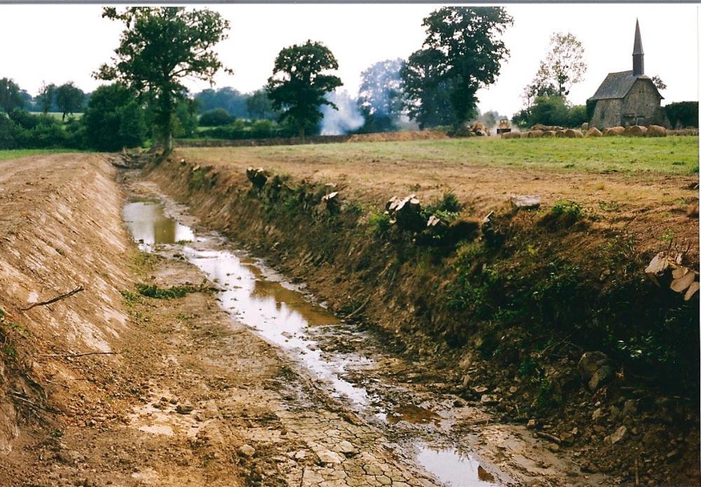 Août 1991, la douve Est vue du Nord.