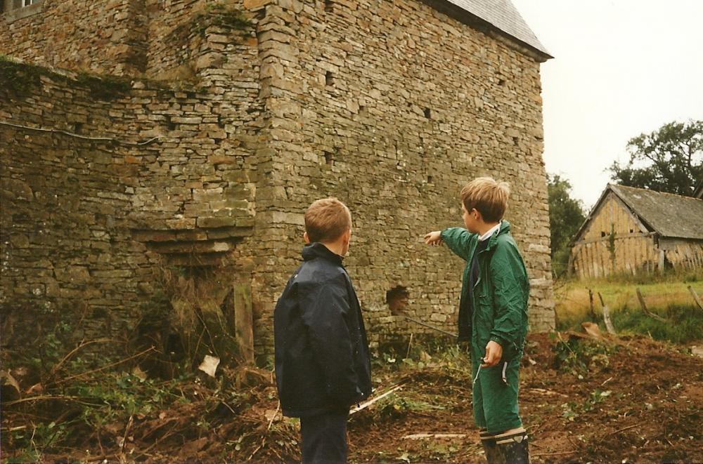 Juillet 1991, Walter et William explorent la Chaslerie, alors en cours de débroussaillage.