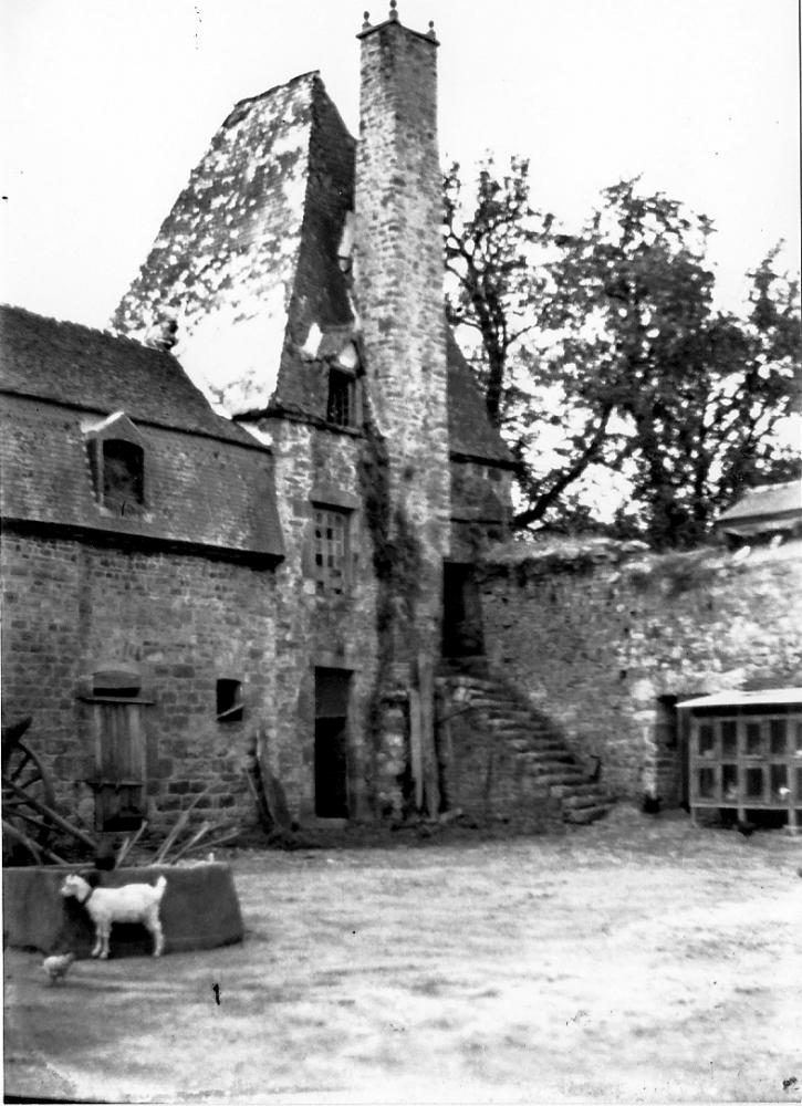 Les clapiers de la cour avant l'effondrement de la tour Louis XIII.