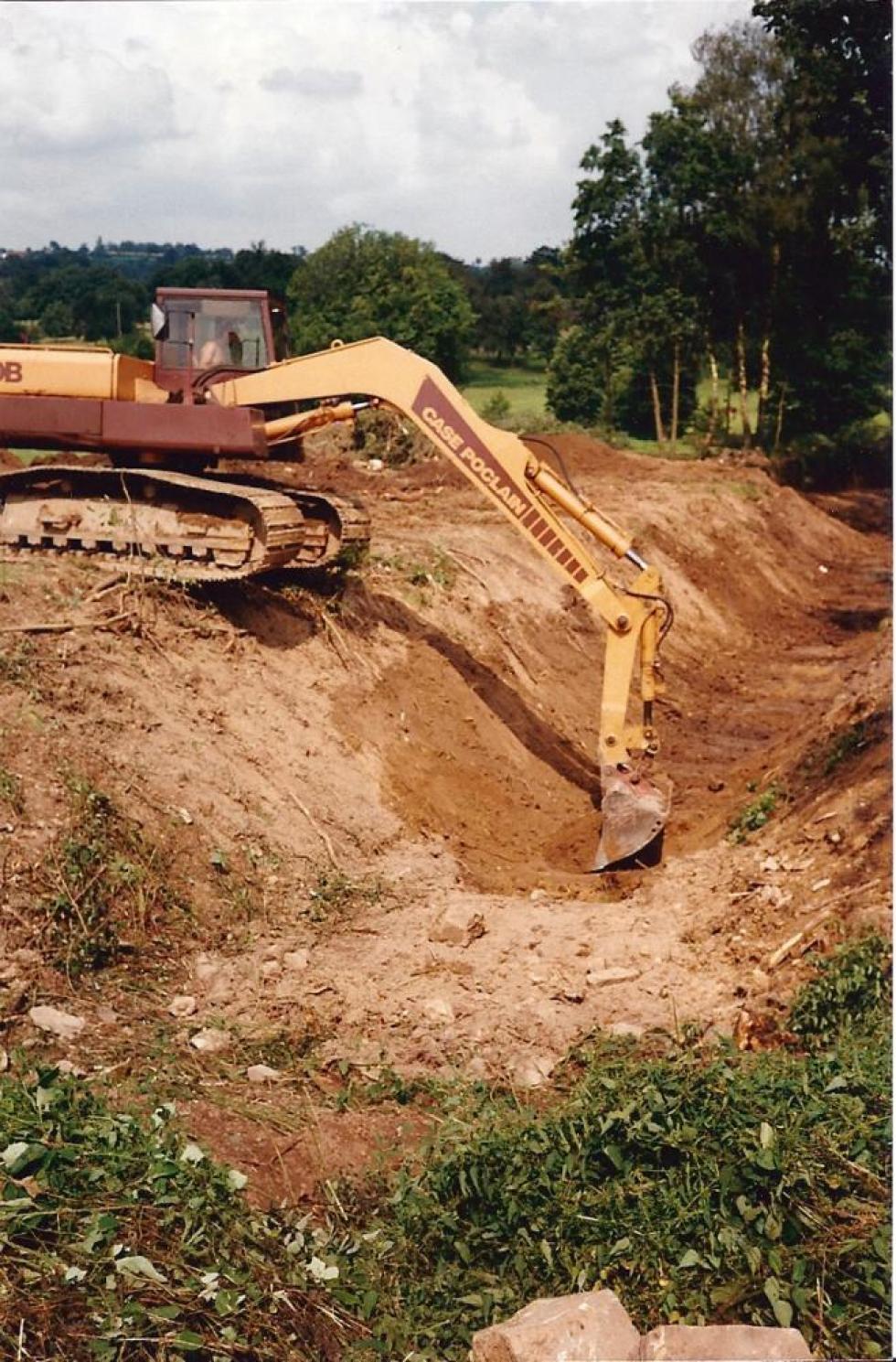 Août 1991, la pelleteuse en action pour curer la douve Nord.