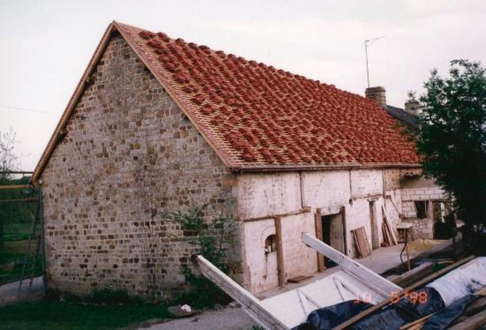 10 mai 1998, les tuiles en cours de pose sur la façade Ouest de la ferme.