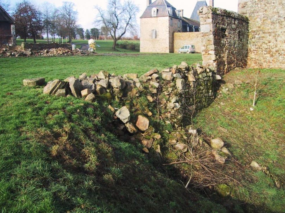 30 janvier 2007, état du mur Ouest de la douve Sud avant sa restauration.